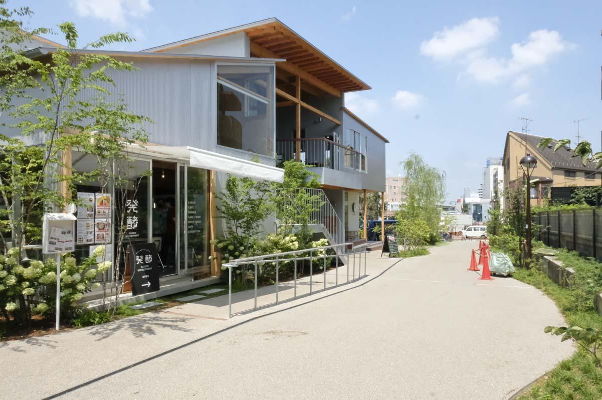 下北沢駅と世田谷代田駅をつなぐ遊歩道。お店の前には、カウンターにもなる手摺を設置