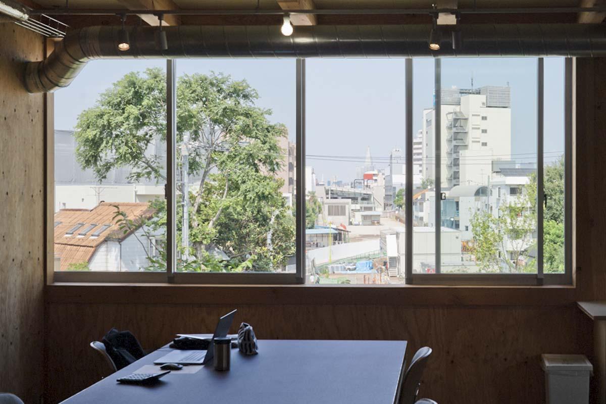 LOUNGE:下北沢駅方面につづく「下北線路街」が遠くまでよく見えます(©︎Hajime Kato)