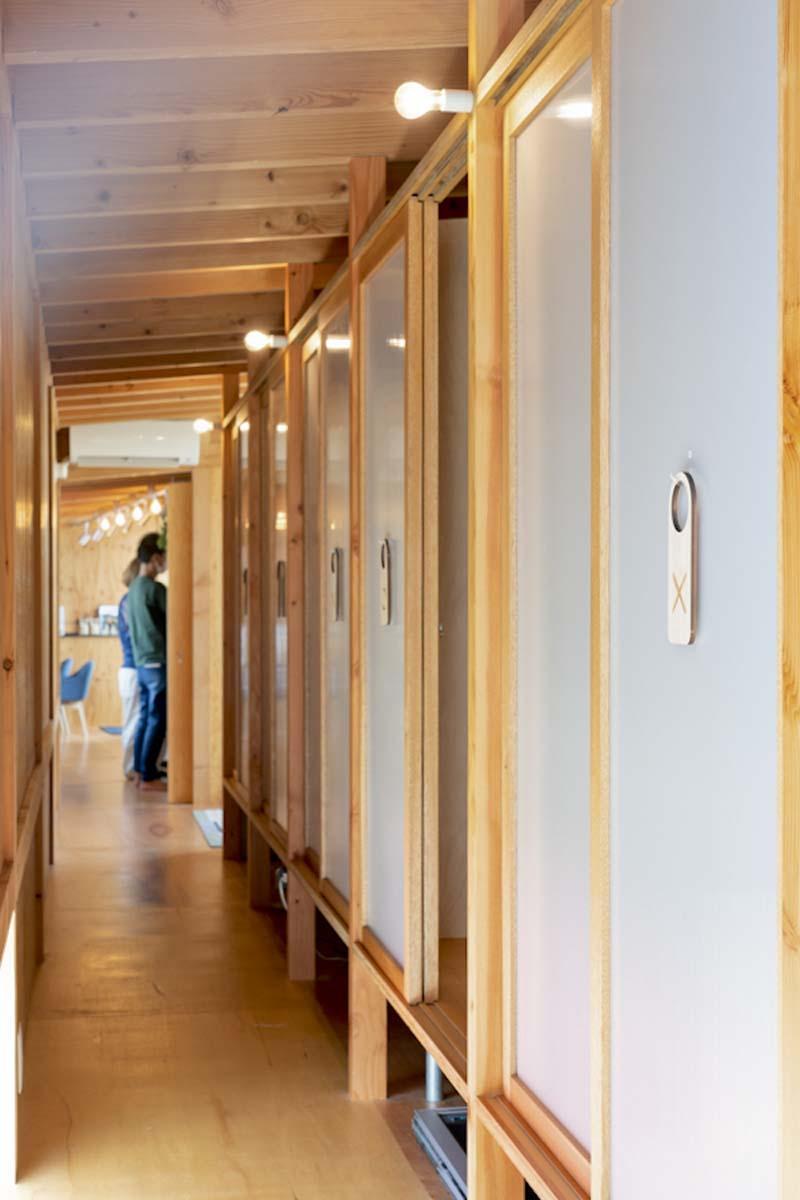 HOUSE:2階ブースエリア。使用中の場所はバツの札をかけておける(©︎Hajime Kato)