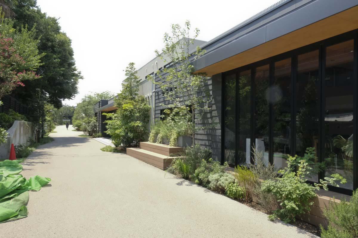 さらに世田谷代田駅の方へ進むと、保育園がある。この先には温泉施設がオープン予定