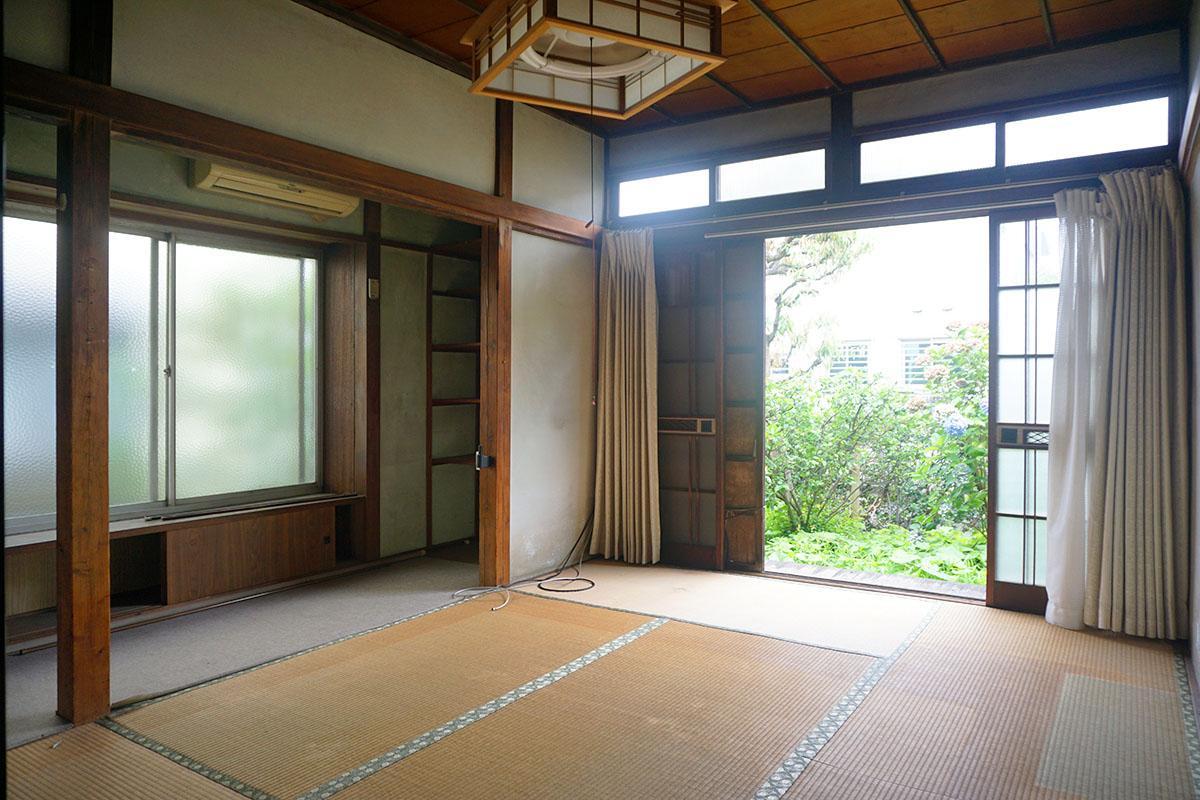 東側8畳和室:曇りガラスの戸を開けると庭が見える