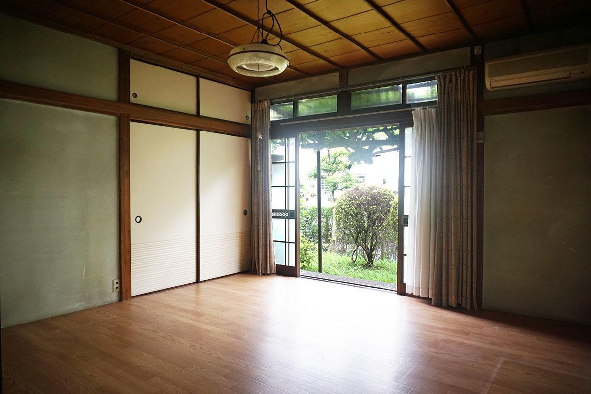 8畳洋室:床はフロアシート、押し入れ収納付き