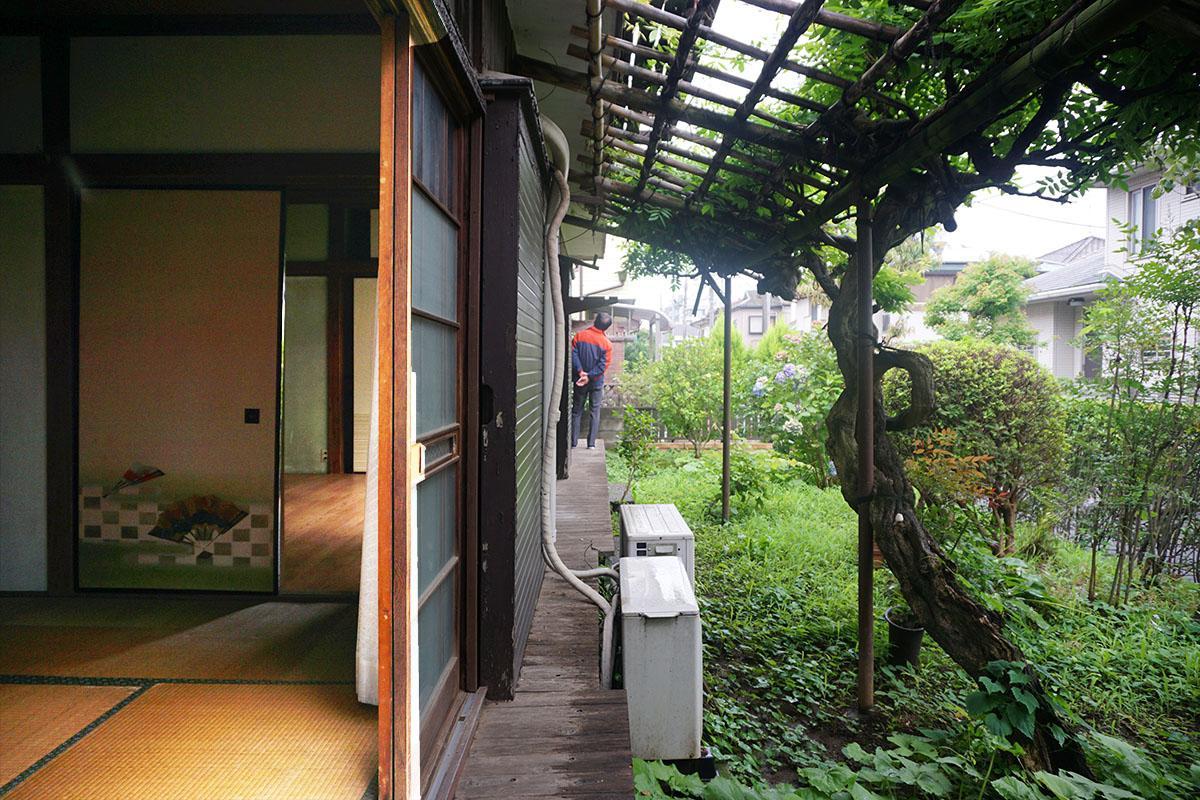 西側8畳の和室:窓の先には腰掛けられるデッキがある