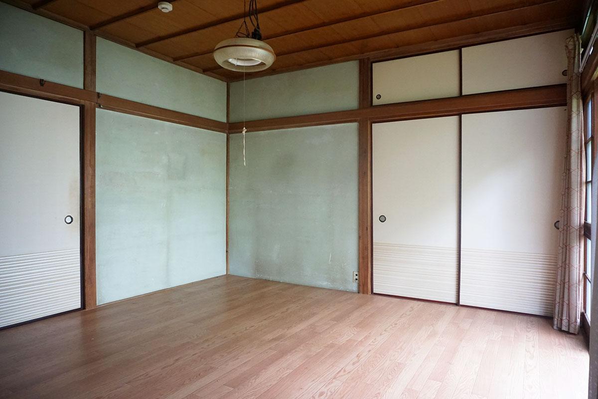 8畳洋室:壁はアンニュイなスモーキーグリーン、拭き掃除をすれば塗装せずに済むかも