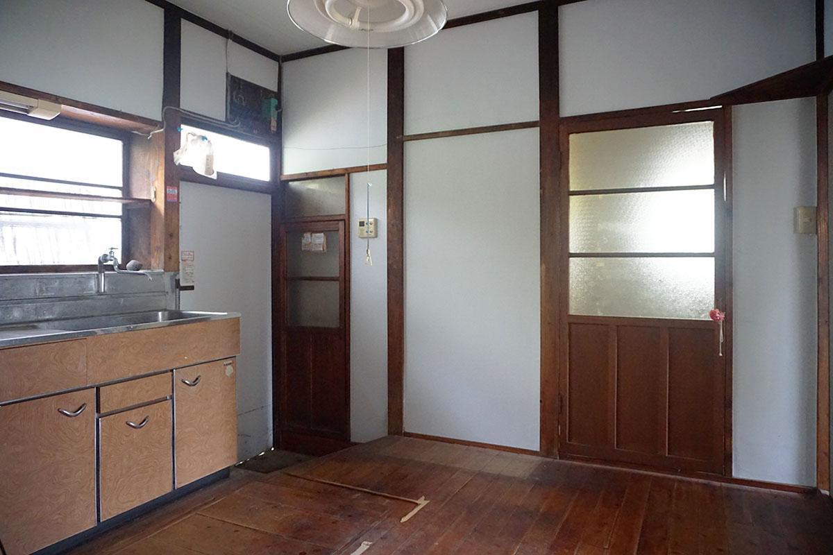 台所:奥は脱衣所。建具や床は全て建築当時のまま、飴色で味わいがある