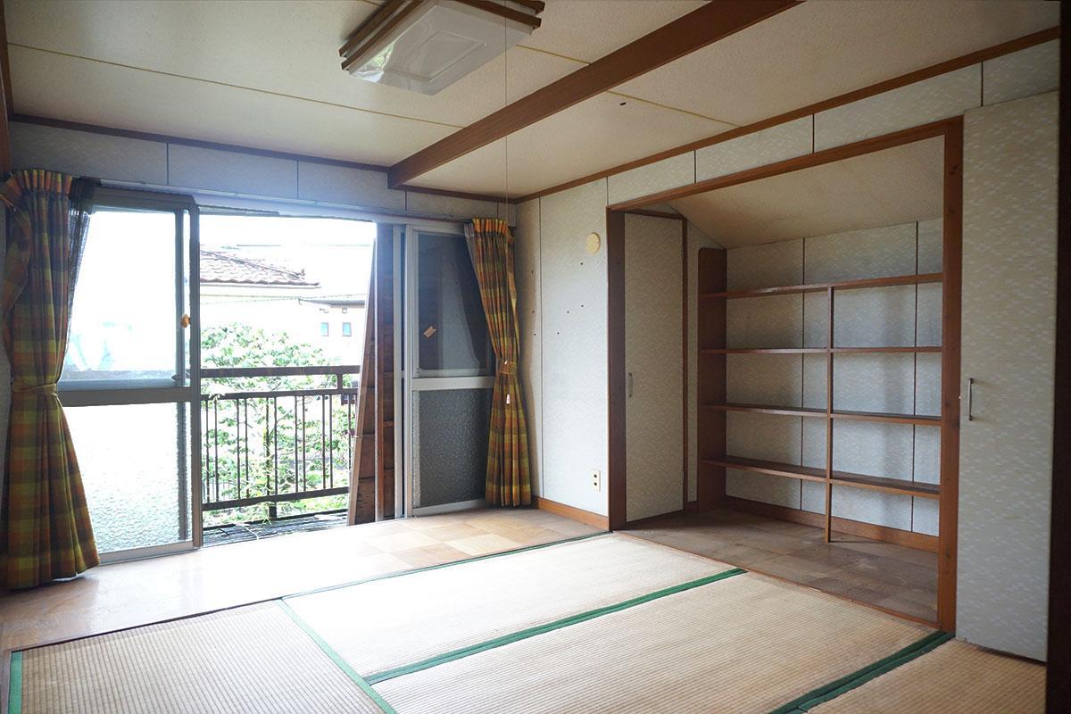 2階8畳の和室:ベランダに出られる。手づくりの棚付き