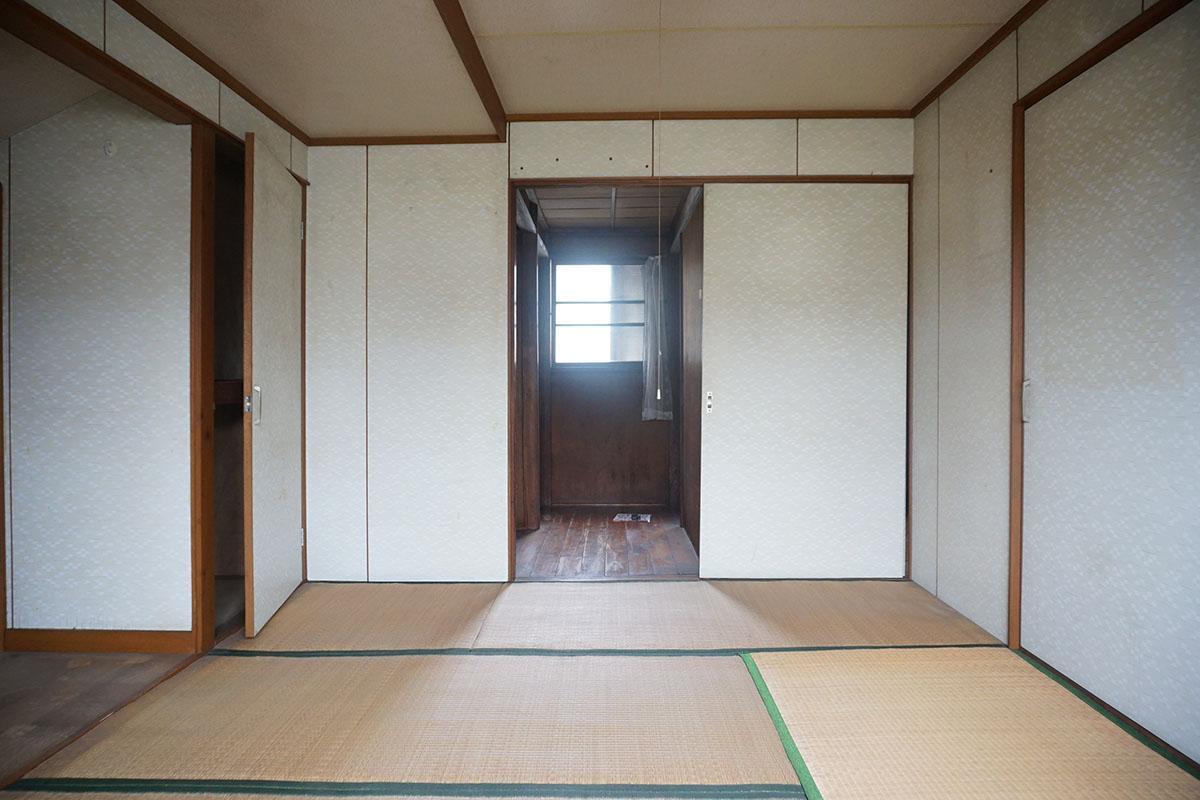 2階8畳の和室:天井は2mと低めで屋根裏部屋みたいな感じ?奥のふすまを開けると2畳の和室