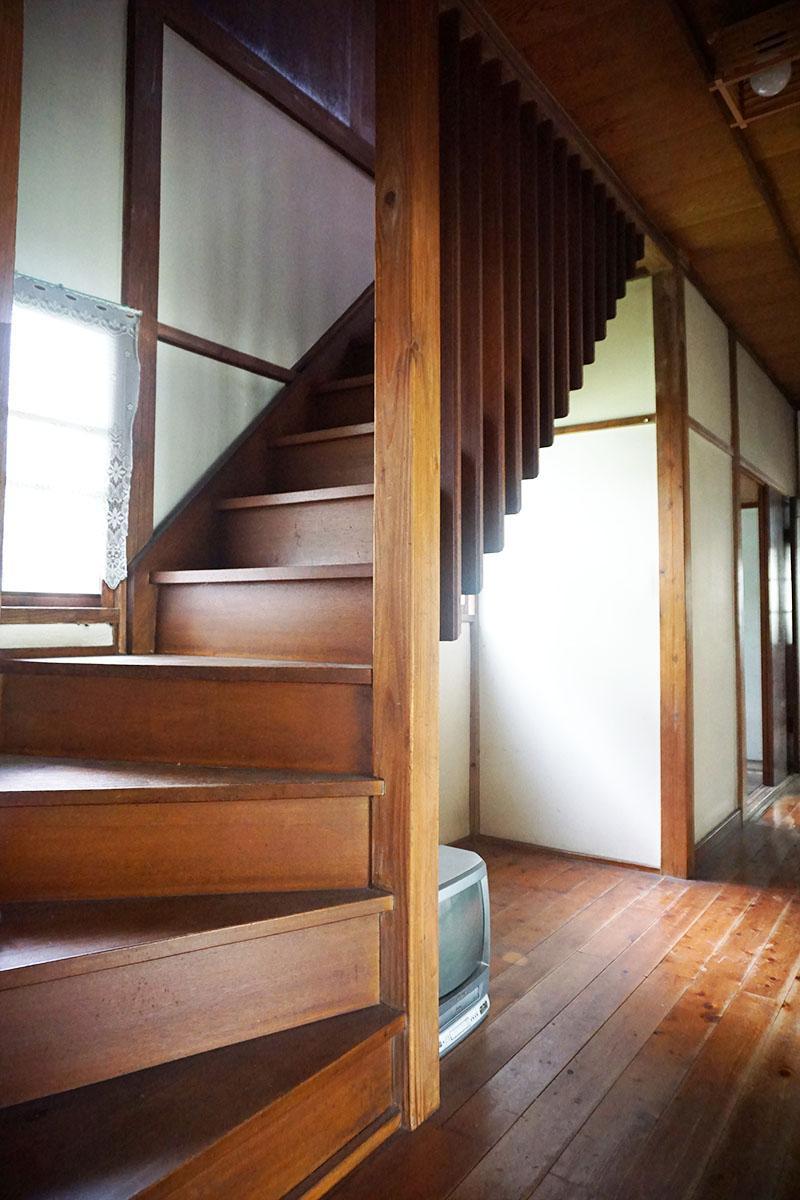 階段:スリットからの光がいい感じ