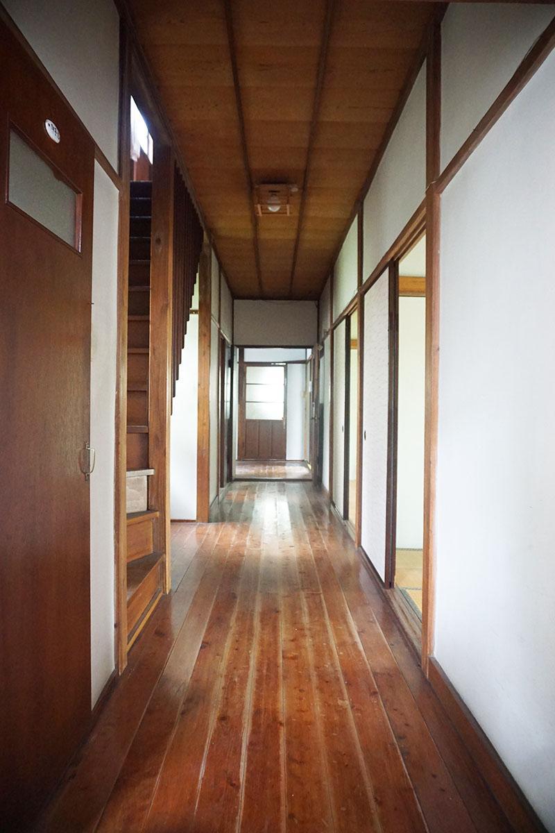 廊下:幅は約1.6mと広め、高さは約2.4m。床には傷や剥げもあるけれど、そのまま使いたい!