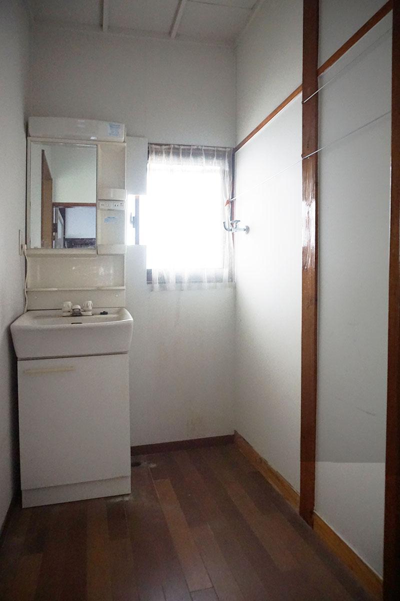 脱衣所:入り口のドアには鍵がかけられる。洗濯機置き場は脱衣所の隣、横幅は約65cm