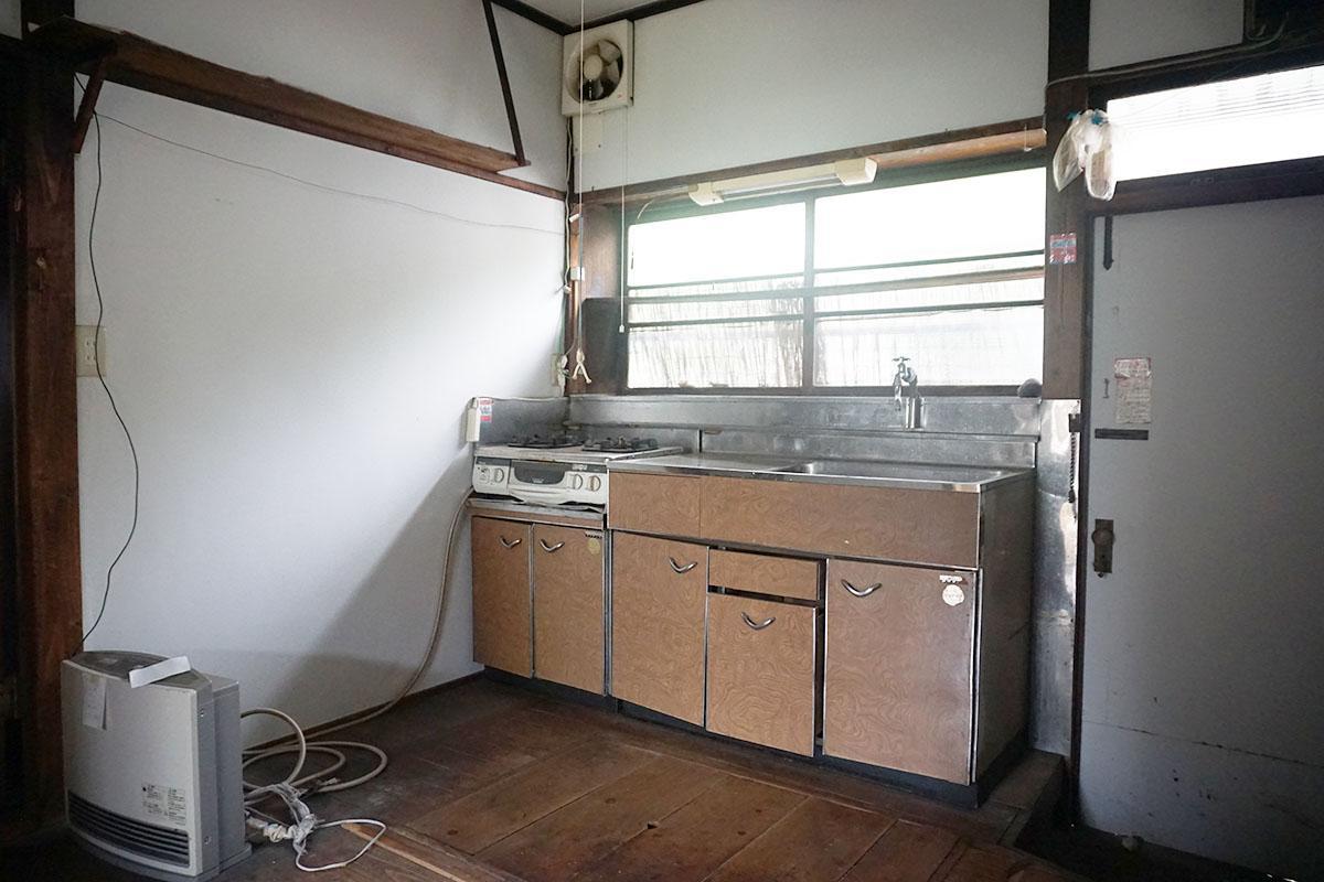キッチン:写真ではボロボロに見えるけど収納もきっちり開閉できるし、クリーニングをすればそのまま使えそう