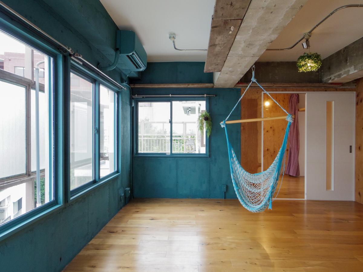 窓際の青く塗装された壁面は、借主側でお好みの色に塗り替えも可能