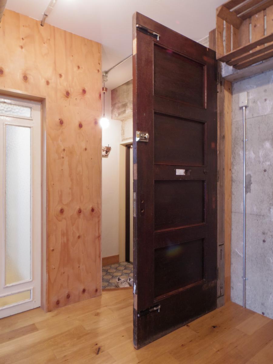 玄関からの目隠しに、アンティークのドアが取り付けられている
