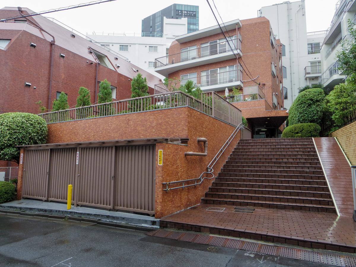 原宿駅から少し離れた、静かな立地のマンション