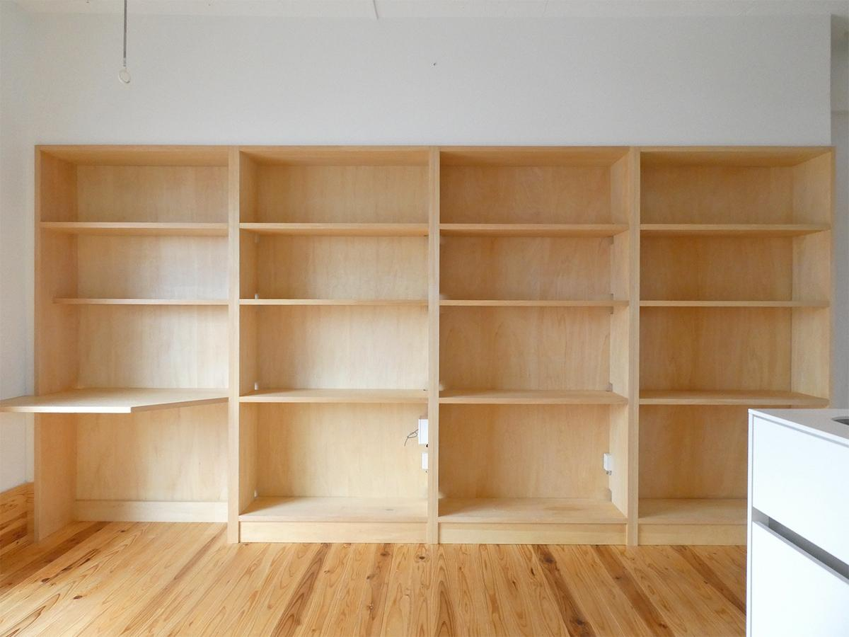 リビングには棚がどーん。一番左は机にもなりそう