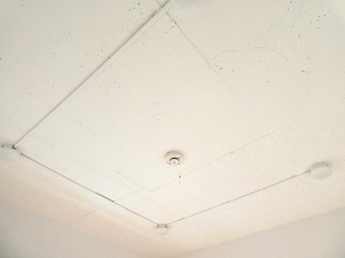 天井。丸いLED照明がついています
