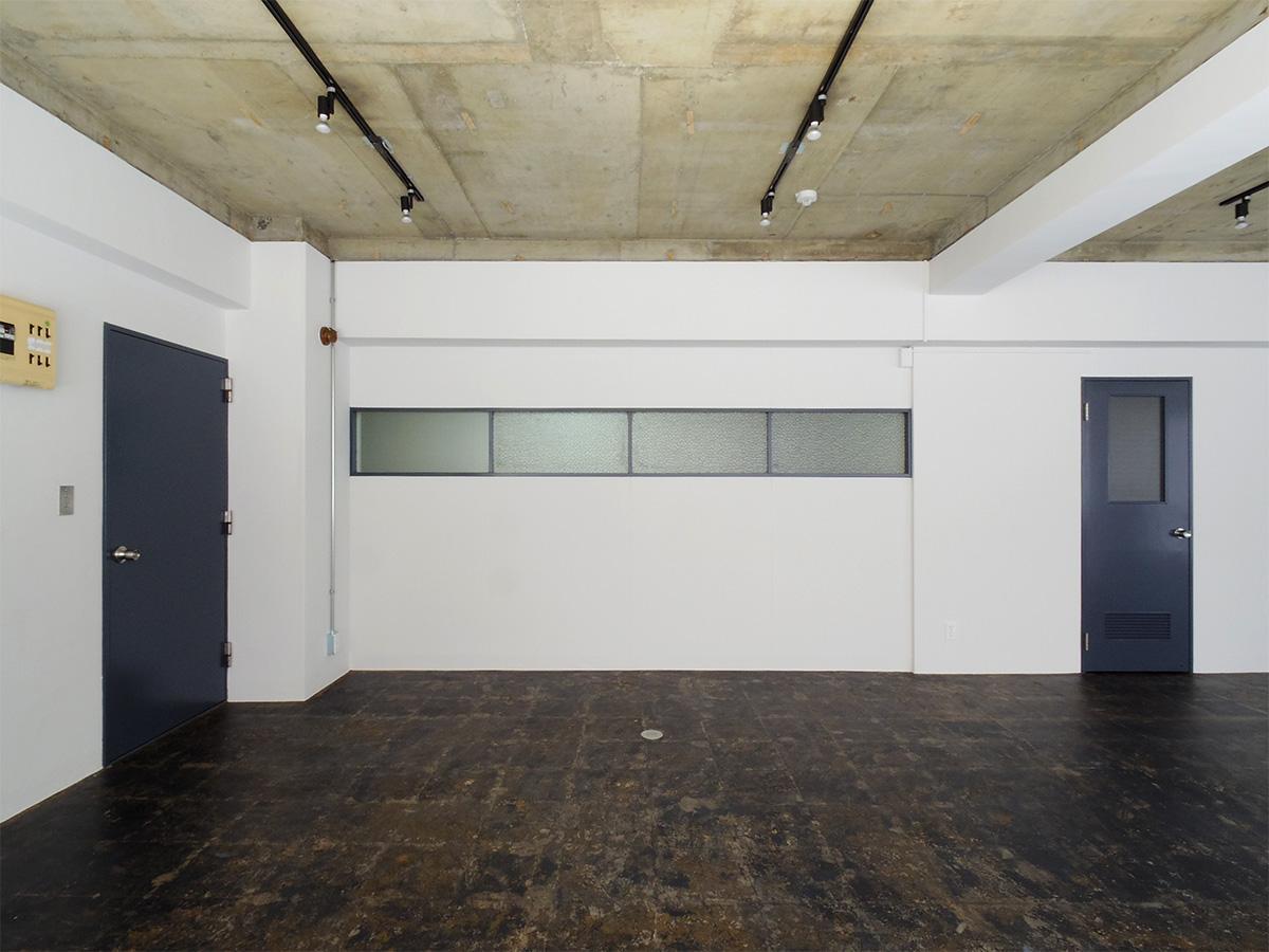 レトロな雰囲気が残った室内。建具はグレーに塗装