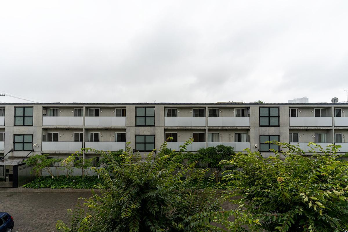 リビング正面には緑越しにお向かいの社宅。なんだかホッとする昭和な雰囲気があります