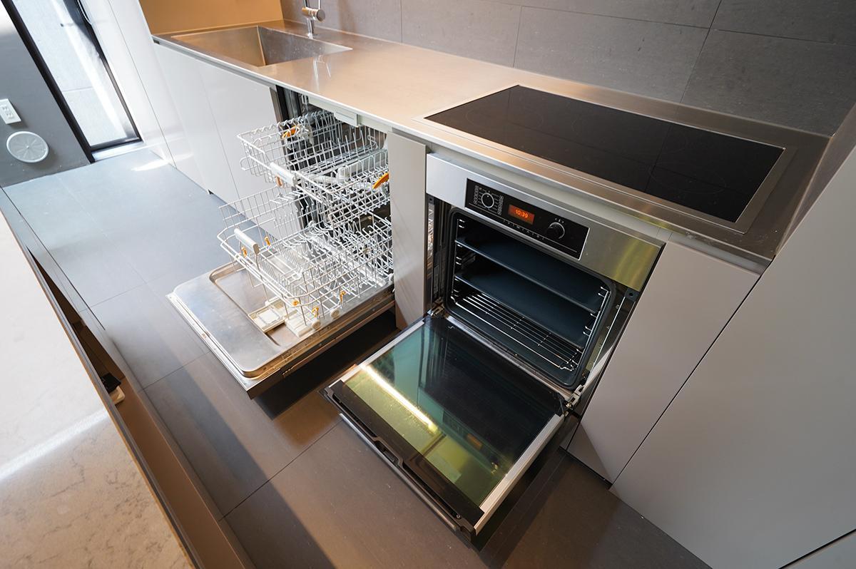 食洗機とオーブンも。コンロはIH