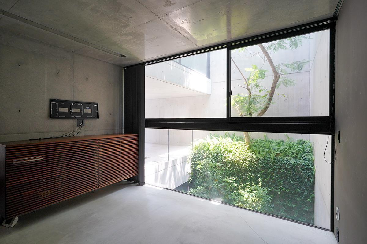 1階の寝室にも大きな窓。テレビを壁掛けできる
