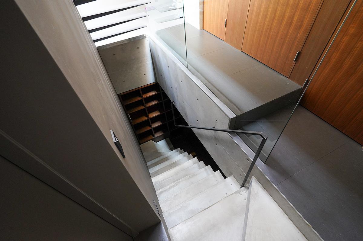 地下へと続くコンクリートの階段