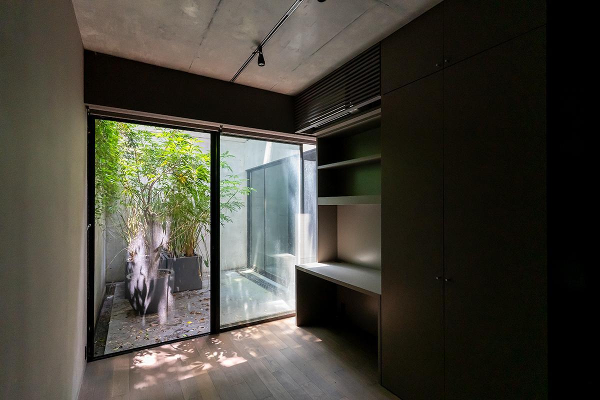 地下1階の寝室は、中庭を介して木漏れ日程度の光が入ってきます