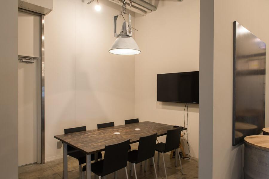 個室の小会議室。