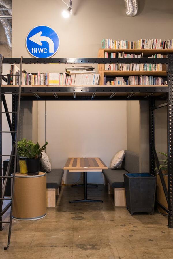 倉庫脇の小会議室。ここは仕切りがありませんが、囲まれた感じが妙に落ち着き、居心地良し。