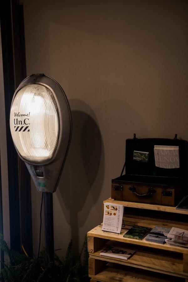街灯を利用した照明。このオフィスのコンセプトに合わせ、産業廃棄物を使用したアイテムの開発を始めました。オフィス内にはこんな家具がいろいろあります
