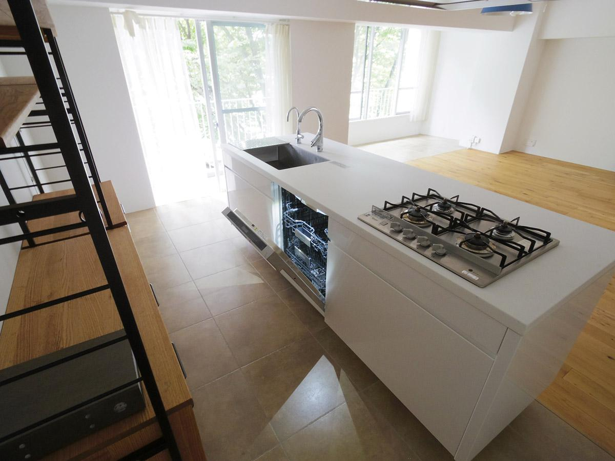 開放的なスペースを自由に使える。中央に食器洗浄乾燥機