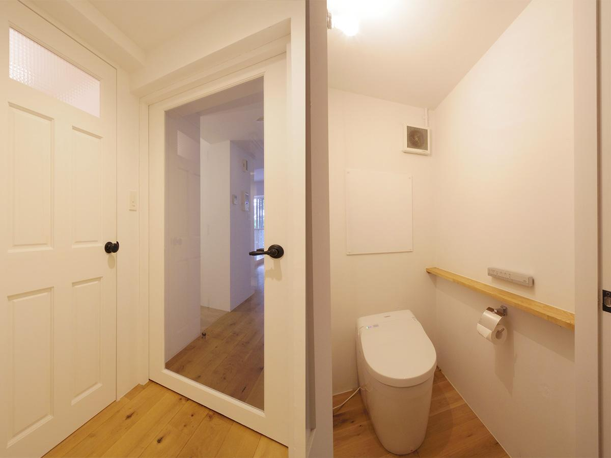 リビングへの扉は大きなガラスがはめ込まれている。となりがトイレ
