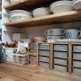 女性で、4LDK、家族住まいのカフェ風/薄い棚板は例のアレ/見せる収納/DIY食器棚/DIY/セリアリメイク…などについてのインテリア実例を紹介。