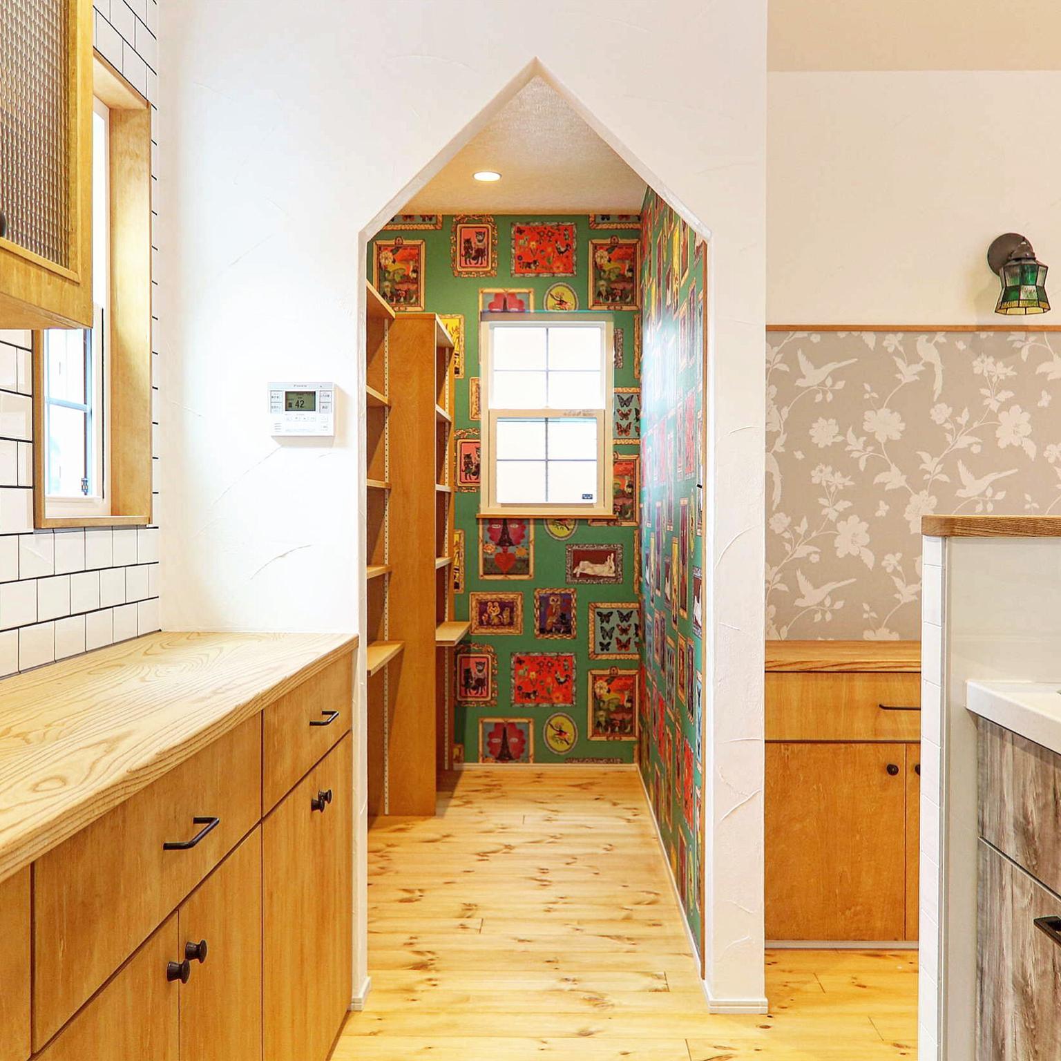 ナタリーレテの壁紙 パントリー収納 福井建設 漆喰壁 パイン材の床
