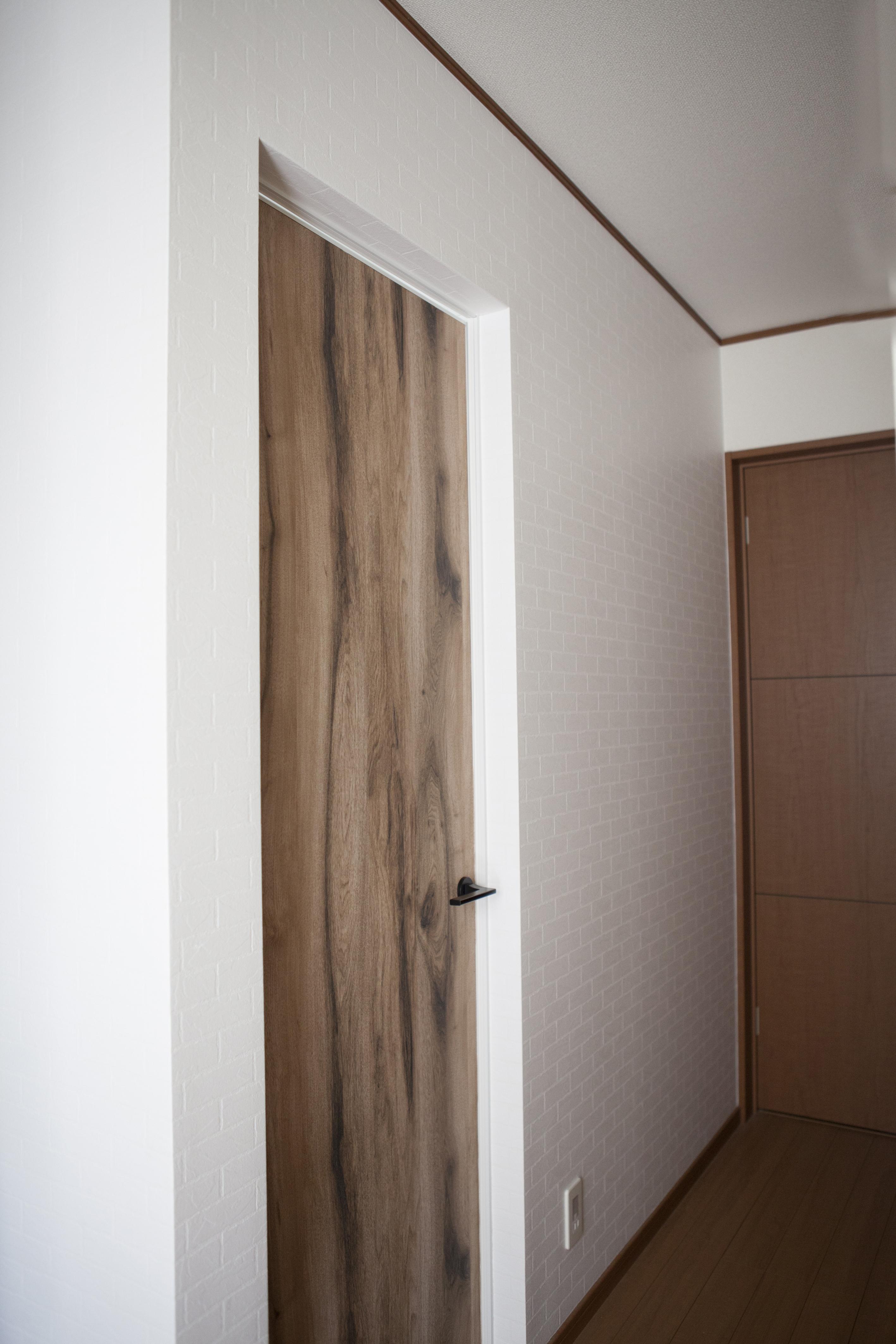 ドアに壁紙を貼ったらこんなに変わった 壁 床だけじゃない ドア も自分好みにカスタマイズ Roomclip Mag 暮らしとインテリアのwebマガジン