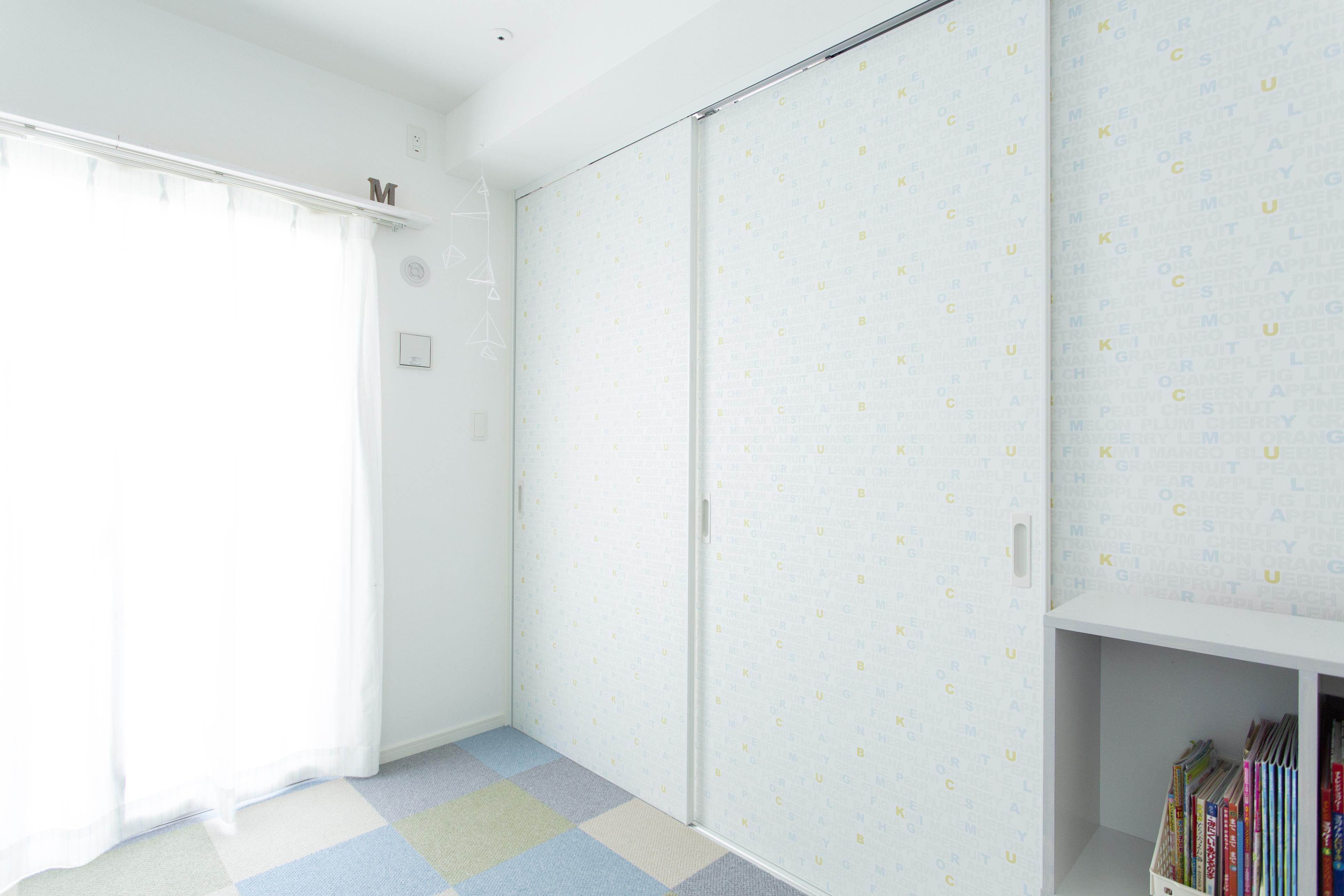 ドアに壁紙を貼ったらこんなに変わった 壁 床だけじゃない ドア