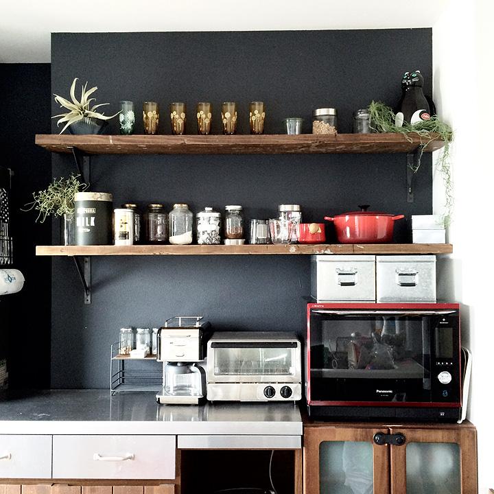 シンプル空間アレンジの決め手は壁!COYOSIさん流、壁棚DIYテクニック