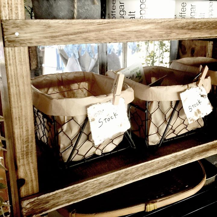 無造作感でオシャレ見せ♪クラフト袋をINして作る、カフェ風ワイヤーカゴアレンジ by miwaさん [連載: 10分でできる100均リメイク]