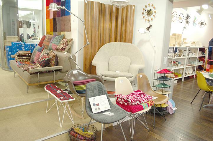 店内にはヴィンテージから新品までミッドセンチュリーの家具がたくさん!