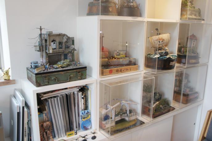 ジオラマ専用に作られた棚はいつでも中のジオラマを入れ替えることが可能です