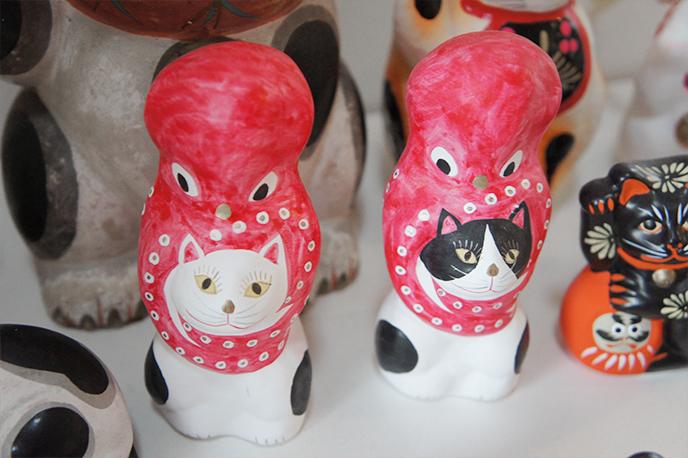 縁起のよい招き猫と、これまた縁起のよいタコ(多幸)を組み合わせた民芸
