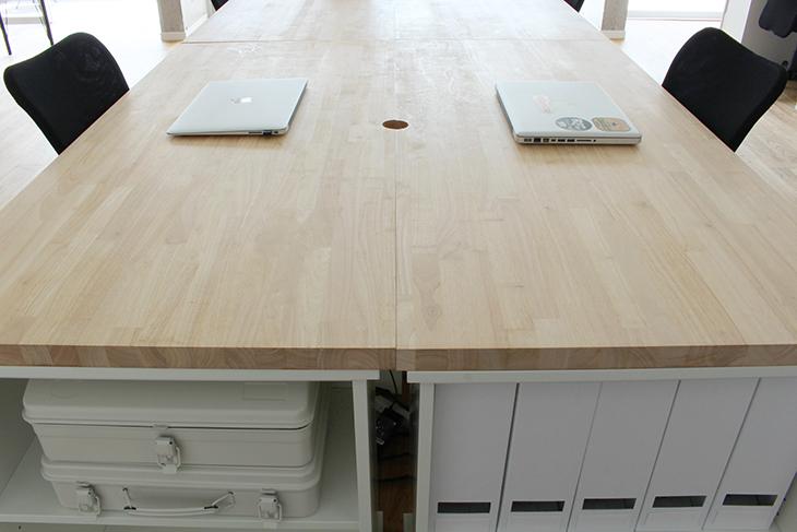 家具のカラーは白、黒、木に限定