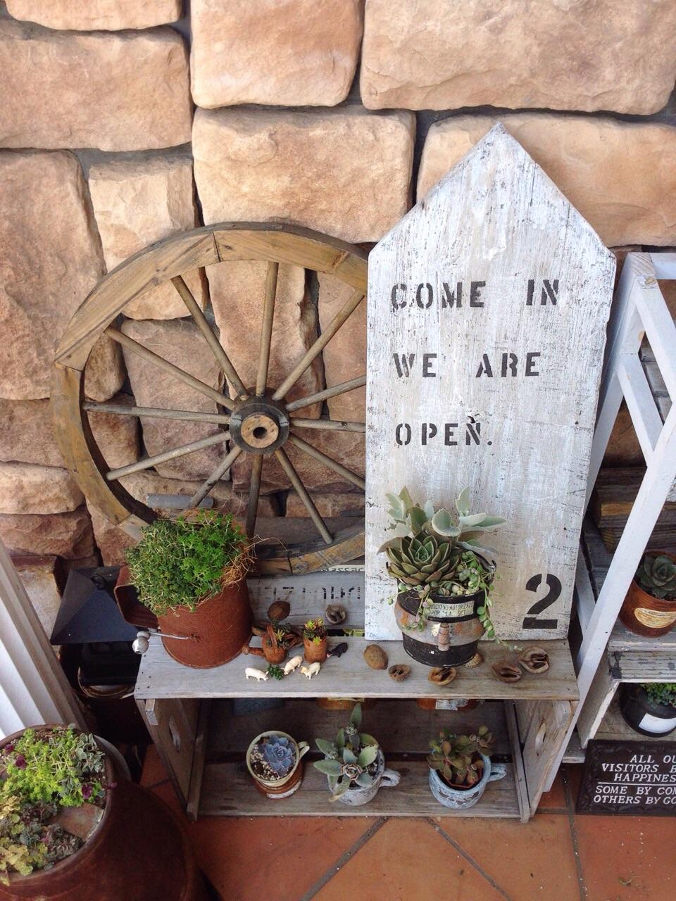 玄関ポーチやショップの店先に♪思わず立ち止まる鉢植え付きサインボード by akkyさん