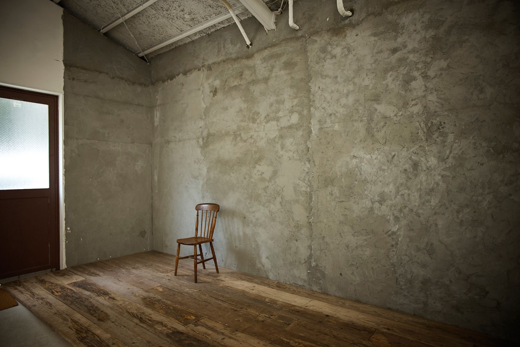 STUDIO MAU(スタジオ マウ)モルタルの荒い壁