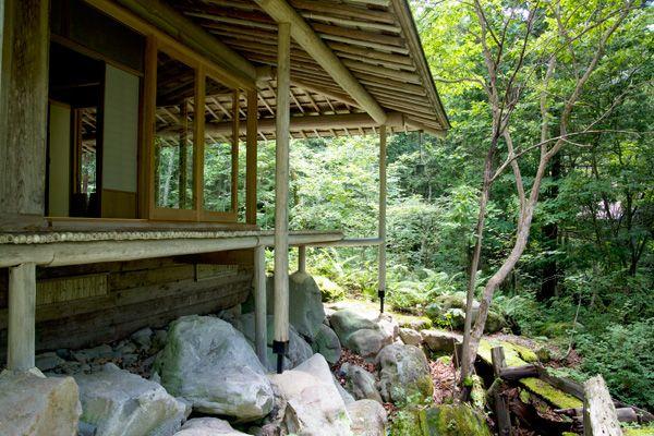 蓼科山荘(別荘)濡縁を下から眺める
