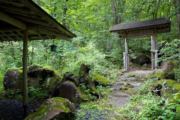 蓼科山荘(別荘)敷地内から門を眺める