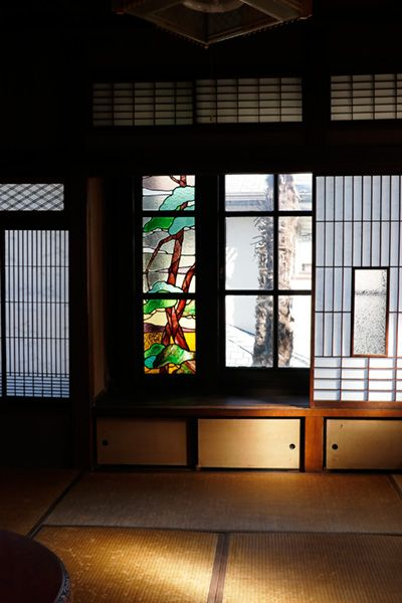 方斎庵(ほうさいあん)/指定文化財2F 和室1 ステンドグラス