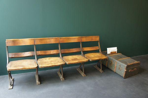 文苑邸(ぶんえんてい)ビンテージの椅子とトランク