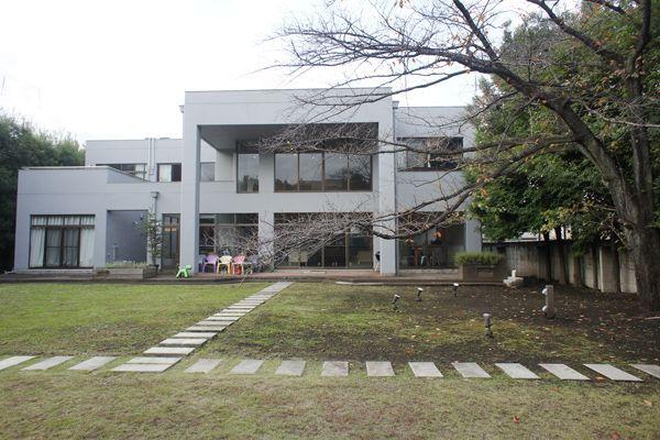 文苑邸(ぶんえんてい)庭から建物の全景
