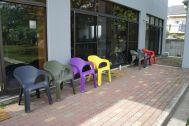 文苑邸(ぶんえんてい):庭のカラフルな椅子