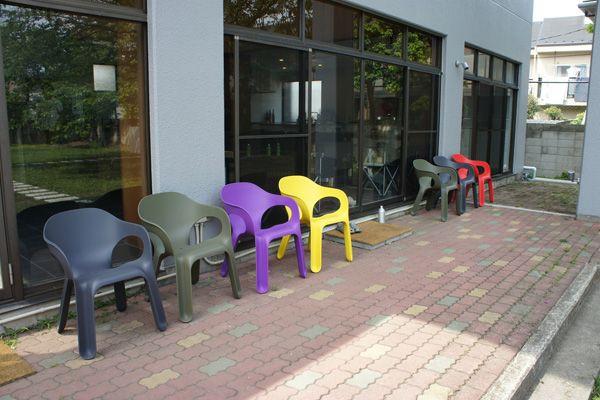 文苑邸(ぶんえんてい)庭のカラフルな椅子